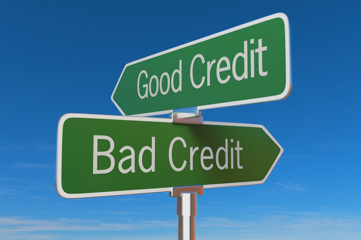 Street sign with good credit and bad credit pointing in opposite directions