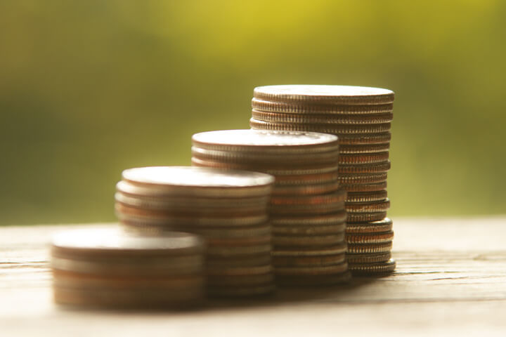 Free photo of increasing stacks of quarters with background bokeh